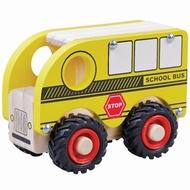 Schoolbus met zwart rubberen wielen